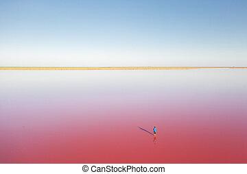 Osamělý muž v modrém jezírku