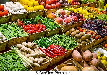 Ovocný trh s různými druhy ovoce a zeleniny