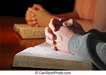 Pár modlitebných s biblemi