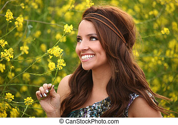 Pěkná holka v květinovém poli