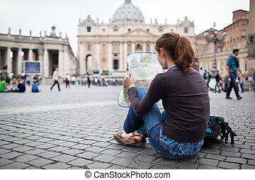 Pěkná mladá turistka, která studuje mapy. Petrův čtverec ve Vatikánském městě v Římě