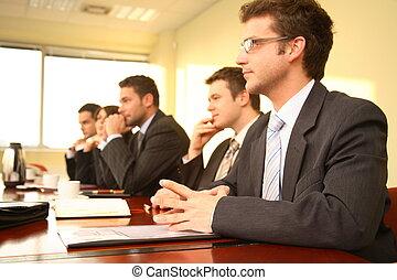 Pět lidí na konferenci