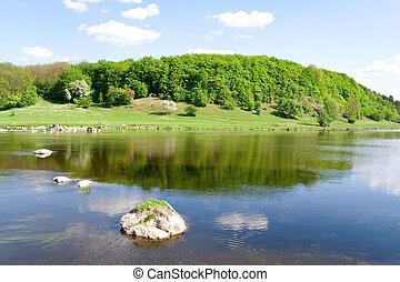 Příroda. Modrá řeka v létě