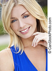 Přirozeně krásná blondýna s modrými oči