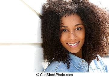 Přitažlivá mladá černoška se usmívá