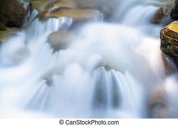 padající, vodopád, dole, malý, tyrkys, čistý, mezi, řeka, namočit, hora, neposkvrněný, valoun, foam., deštivý, častý