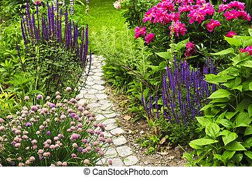 Path v kvetné zahradě