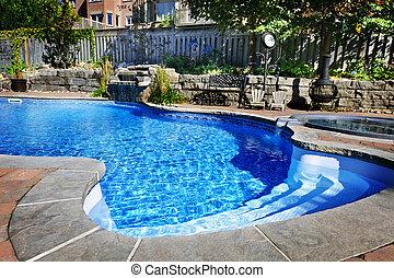 Plavoucí bazén s vodopádem