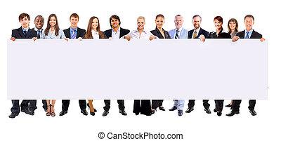 Plná délka mnoha obchodních lidí v řadě s prázdným praporem na bílém pozadí