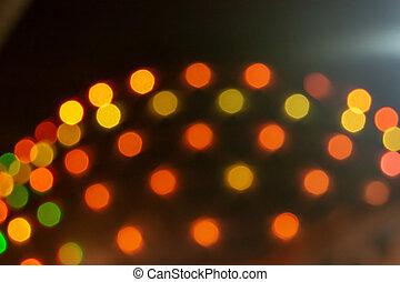 Pohodné oranžové světla na budovách.