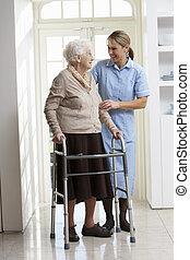 Pomáhat starším starším ženám, s chodícím rámem