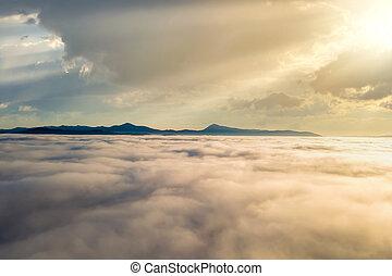 ponurý, horizon., hory, chvějící se, nad, neposkvrněný, hustý, mračno, západ slunce, názor, anténa, daleký
