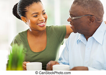 Postarší africký americký muž, který si užívá kafe se svým dědečkem