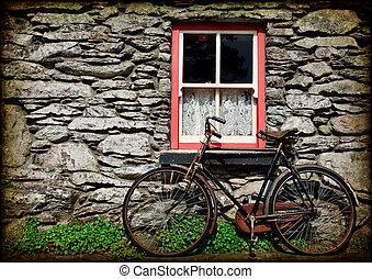 Povrchová struktura venkovská irská chata s bicyklem