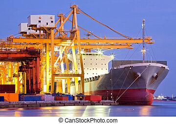 Průmyslová nákladní loď
