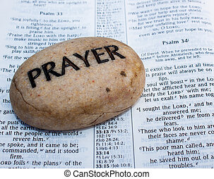 Prayer rock na otevřené bibli