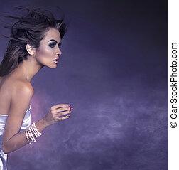 Profilové portrét mladé brunetské krásy