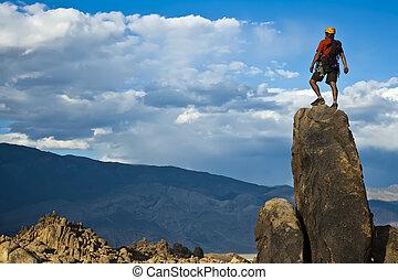 Rock leze na vrchol.