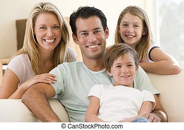 Rodina sedí v obýváku a usmívá se