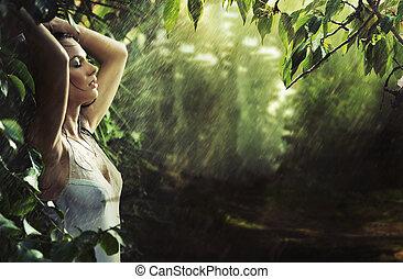 Rozkošná bruneta v deštivém lese