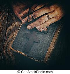 Ručník držící na Bibli