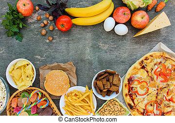 Rychlé jídlo a zdravé jídlo na starém dřevěném pozadí. Konkret vybírá správné jídlo nebo jídlo. Výsledek.