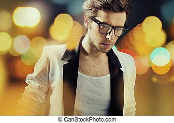 Sam nosí brýle s módou