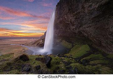 Seljalandsfosss waterfalls na ledové půdě