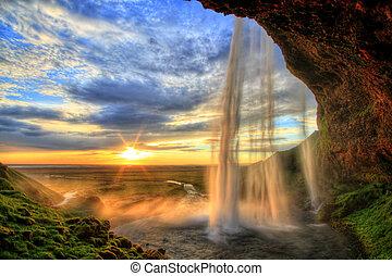 Seljalandské vodopády při západu slunce v ledovém moři