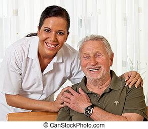 Sestřička ve starobylé péči o starší důchodce v pečovatelských domovech