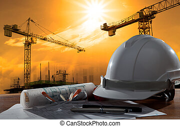 Sklad bezpečnostních helm a architektů na dřevěném stole s místem činu