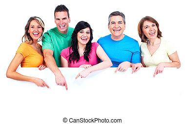 Skupina šťastných lidí s praporem.