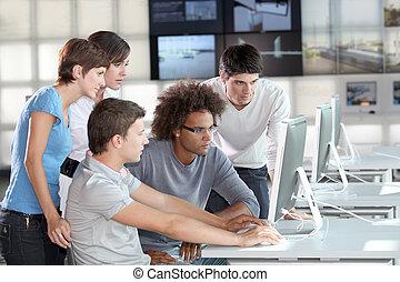 Skupina mladých lidí v obchodním výcviku