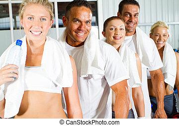 Skupina mladých lidí v tělocvičně