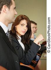Skupina obchodních lidí v konferenčním stolku