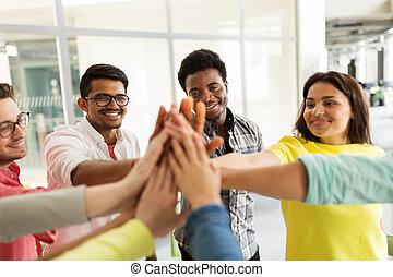 Skupiny mezinárodních studentů, kteří dělají vysoké pětky