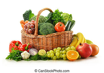 Složení zeleniny a ovoce v koši s oříšky, izolované na bílém
