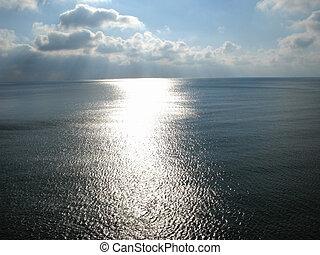 Sluneční paprsky na mořském povrchu
