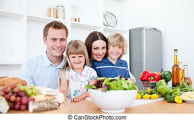 Smí rodiče a jejich děti se připravují na večeři