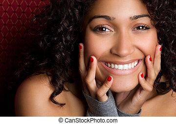 Smějící se černá žena