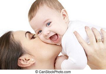 Smějící se dítě si hraje s matkou
