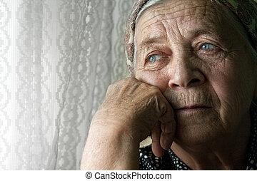 Smutná stará žena