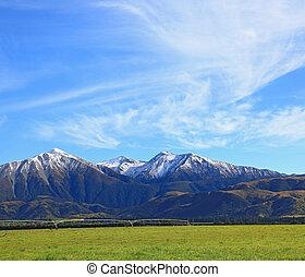 Sněhová hora z jižního alpínu v Novém údolí s oblohou