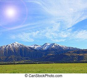 Sněhová hora z jižního alpínu v Novém údolí s sluncem