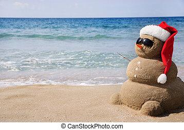 Sněhurka vyrobená z písku. Prázdný koncept se dá použít na nový rok a vánoční přání