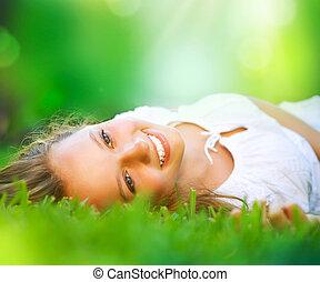 Spring holka ležící na poli. Štěstí