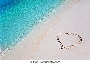 Srdce na pláži v tropickém ráji