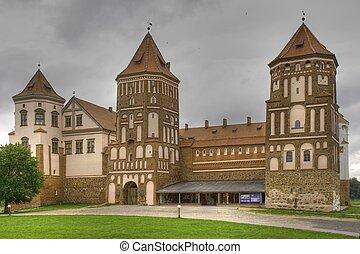 Středověký zámek ve městě, v Belaru, v verzi
