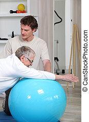 Stará žena na rehabilitaci