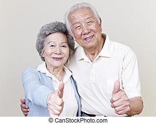 Starší asijský pár